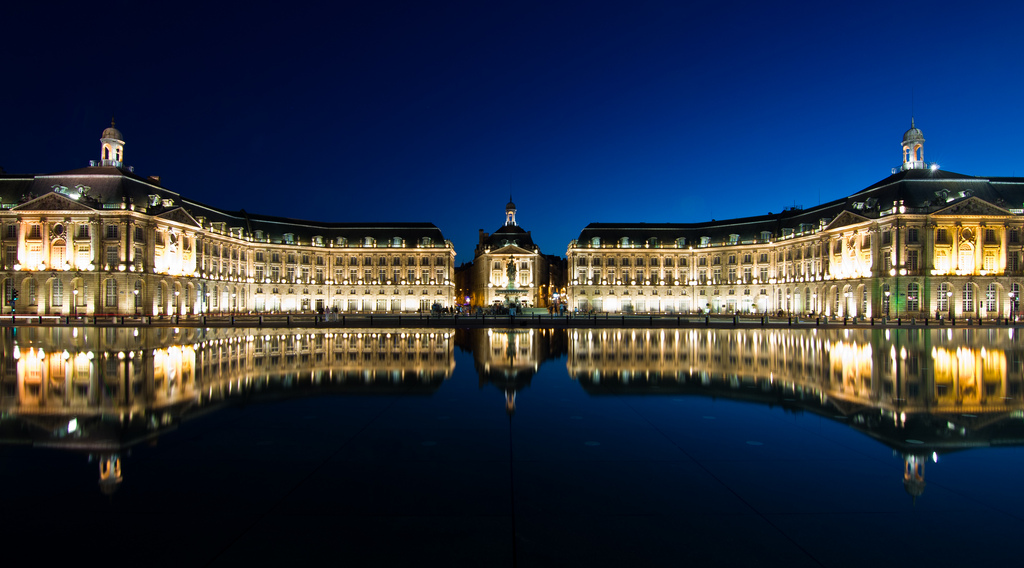 place_bourse_miroir_eau_bordeaux_by_night